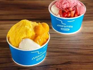 アイスモンスターが国際通りの期間限定ショップで提供するマンゴーかき氷(左)とイチゴかき氷(同社提供)