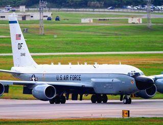 16日にパネルを落としたRC135V電子偵察機の同型機=2011年12月、米軍嘉手納基地