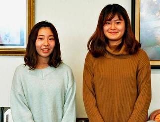 男児を助けた仲村由衣さん(左)と國吉愛加さん=名護市・名桜大