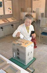 繰り上げ投票で一票を投じる有権者=竹富町、竹富島まちなみ館