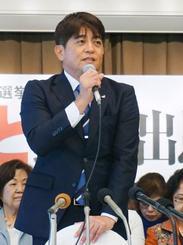 記者会見で、参院選沖縄選挙区に立候補すると表明した安里繁信氏=11日午後、那覇市