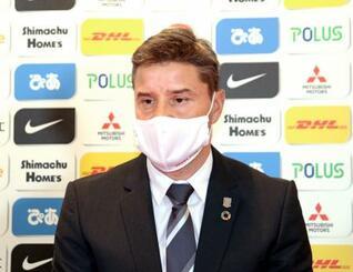 就任の記者会見に臨んだJ1浦和のロドリゲス新監督=17日(浦和レッズ提供)