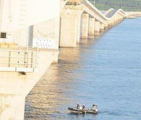 男性が転落した伊良部大橋。海上保安庁の職員がボートで捜索した=4日午前6時55分