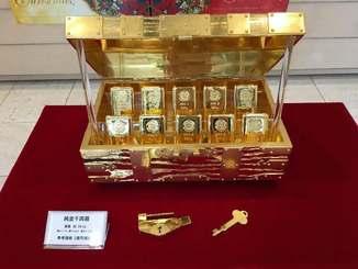 総額約3億円の純金千両箱=7日、那覇市・鉢嶺時計店