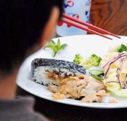 子どもの居場所の施設で食事するタカト=本島中部