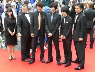 【沖縄国際映画祭 レッドカーペット】「野性爆弾」のくっきーさん(左から2人目)ら=22日、那覇市・国際通り