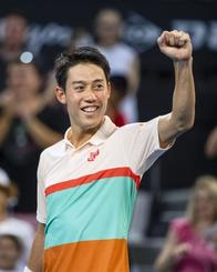 テニスのブリスベン国際の男子シングルスで優勝し、笑顔でガッツポーズする錦織圭=6日、ブリスベン(共同)