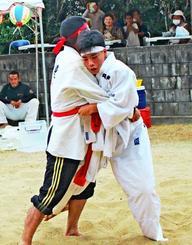 田港麗雅さん(右)と父親の恒一さんの沖縄角力。クシメーガキで麗雅さんが勝った