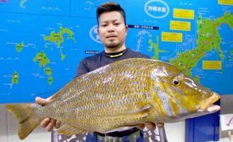 屋我地海岸で73.4センチ、5.24キロのタマンを釣った池宮秀克さん=1月28日