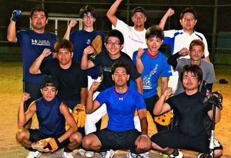 全国大会に向け意気込む野球県代表チームの選手ら=17日、コザ運動公園サブトラック