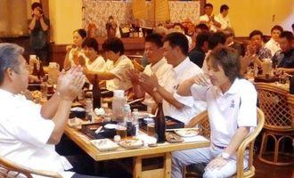 33年熟成させた古酒を楽しんだ「古酒の日の宴」=4日、那覇市の琉球料理店「四つ竹」