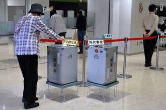 投票所で投票する有権者=14日、那覇市役所
