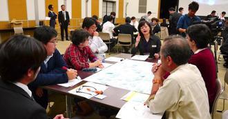 バス利用の課題などを意見交換し合う参加者ら=沖縄県庁