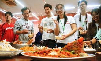 春節の大みそかに春節パーティーを開いて交流を深める学生たち=金武町立中央公民館