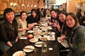 県出身者が集まり、情報交換などを楽しんだ「沖縄ナイト」=カナダ・トロント市内