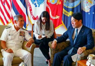 米ハワイのキャンプ・スミスでハリス米太平洋軍司令官(左)と会談する小野寺防衛相=9日