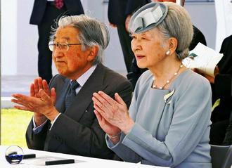 沖縄空手会館で空手の演武を見学する天皇、皇后両陛下=29日、豊見城市