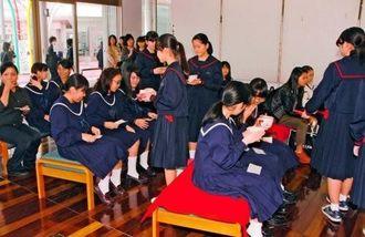 [人気の茶席]呈茶席も人気コーナーの一つ。お茶を振る舞われ、ほっと一息つく生徒ら(県中学校文化連盟提供)
