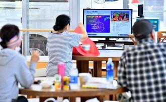 台風6号に備え避難所で昼食をとる市民=22日午後0時半ごろ、石垣市健康福祉センター