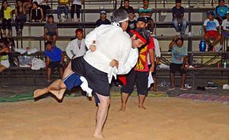 白熱した取り組みで盛り上がった沖縄角力大会=ボリビア