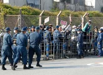 工事車両をゲート内に入れるため排除される座り込みの市民ら=13日、名護市辺野古、米軍キャンプシュワブ・ゲート前