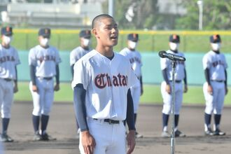 開始式で、選手宣誓する北谷高の島海舟主将=25日、沖縄市のコザしんきんスタジアム(下地広也撮影)