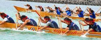 ハーリー船の造り手・嶺井藤一さんの船が出場した「藤一杯」決勝。手前の新友会が優勝した=6日、南城市奥武島