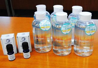 琉球大学と県内企業が共同開発したアロマオイル「琉大精油」(左)と化粧水「Sun Lover」