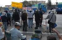 辺野古新基地:ゲート前で抗議の女性けが 「強制排除は暴力」と抗議