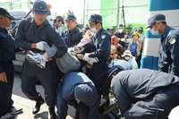 辺野古新基地:護岸建設工事を再開 機動隊、市民ら70人強制排除