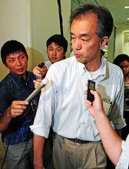 那覇空港に到着し、記者団に囲まれる調査官=3日午後10時54分