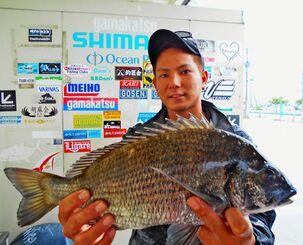 北中城の海岸で43センチ、1・46キロのミナミクロダイを釣った當眞卓弥さん=22日