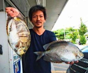 安謝港で45センチ、2・1キロと43・5センチ、1・76キロのカーエーを釣った山内伸也さん=1日