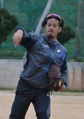キャッチボールで肩を温めるオリックスの比嘉幹貴=2日、沖縄市の島袋小学校グラウンド
