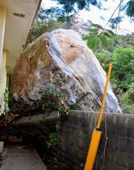 山から滑り落ちた巨石が家屋の塀に直撃した=2日午後4時半ごろ、名護市安和