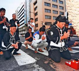 大綱の前で、まつりの成功と安全を祈願する上江洲仁吉さん(右)=2017年10月(上江洲さん提供)
