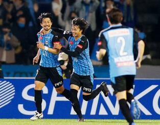 川崎―G大阪 前半、チーム2点目のゴールを決め、駆けだす川崎・家長(左)=等々力