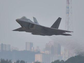 米軍嘉手納基地を飛び立つF22ステルス戦闘機=12日午前6時