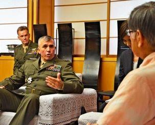 離任あいさつで翁長知事(右)と会談するウィスラー沖縄地域調整官=4日、県庁