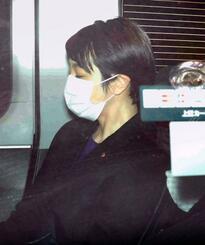 有罪判決を受け、東京地裁を出る参院議員の河井案里被告=21日午後