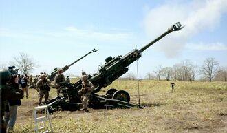 公開された在沖米海兵隊の実弾射撃訓練で砲身から白煙を上げる155ミリりゅう弾砲=北海道の陸上自衛隊矢臼別演習場