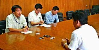 中山市長(右)に陸自部隊の候補地選定の調査を実施すると伝える森企画部長(左)=石垣市役所