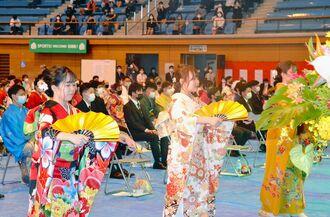 八重山の代表的な舞踊「鷲ぬ鳥節」を披露する新成人=21日、石垣市総合体育館