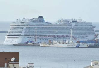 World Dream, a huge cruise ship with a capacity of more than 4,000 passengers, makes a port call at Naha International Container Terminal on April 3.