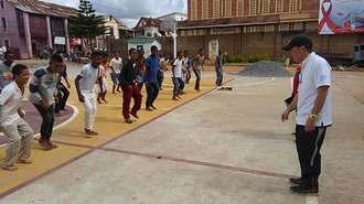 マダガスカルの子どもたちにサッカーを教える棚原直哉さん(右)(棚原さん提供)