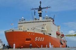 那覇新港に入港した南極観測船「しらせ」=20日午前9時半ごろ、那覇新港