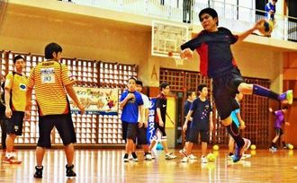 フェイントからのシュート練習でゴールを狙う参加者=名護市・名桜大学体育館