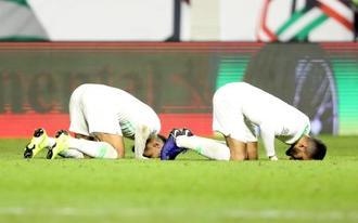 1次リーグ突破を決め喜ぶサウジアラビアの選手=12日、ドバイ(ロイター=共同)