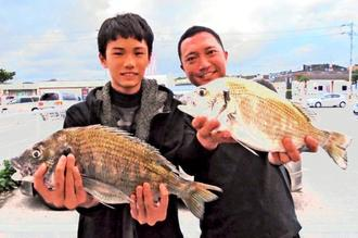 屋我地海岸で43.5センチ、1.45キロのチヌを釣った仲与根旭さん(右)と琉空さん=12月29日