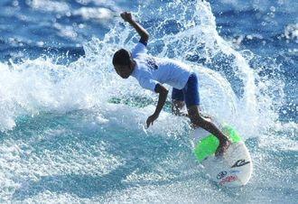 糸満市長杯サーフィンコンテストのショートボードAクラスで、2連覇を果たした宮城和真君=24日、糸満市・米須海岸